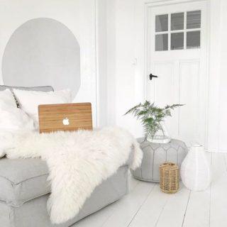 Wit schapenvacht van Sheepy op bank met macbook