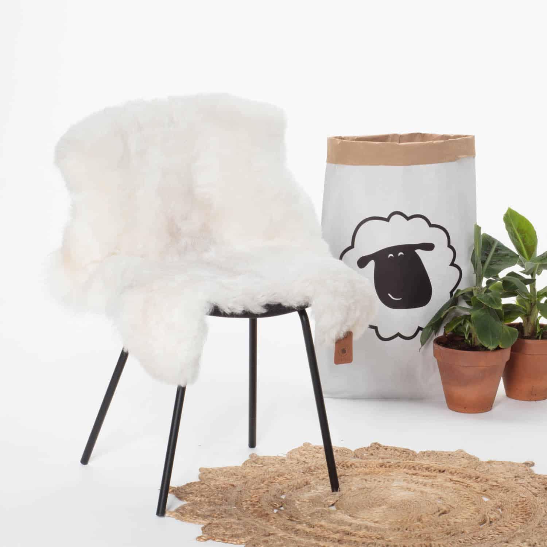 Schapenvacht Wit met Beige P28 stoel