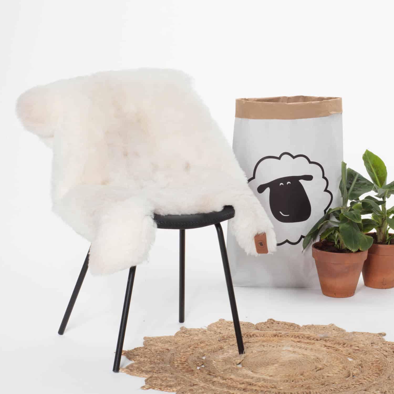 Schapenvacht Wit met Beige P31 stoel