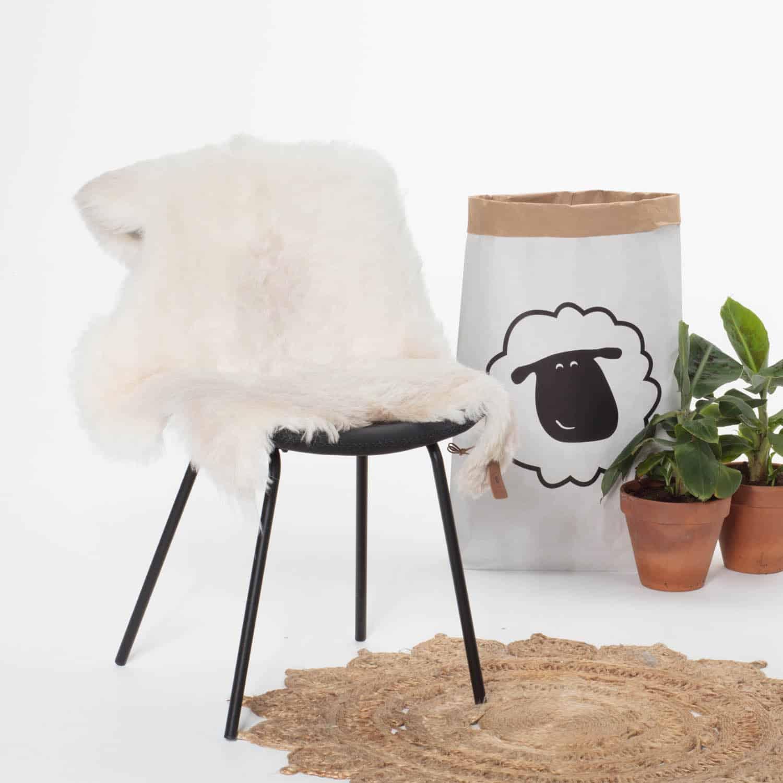 Schapenvacht Wit met Beige P32 stoel