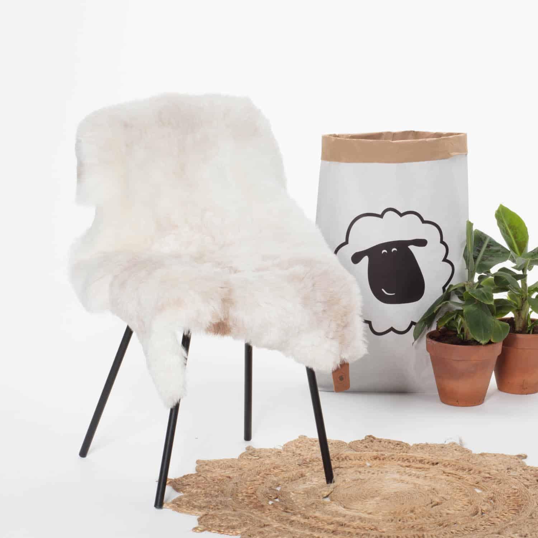 Schapenvacht Wit met Beige P33 stoel